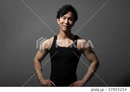 タンクトップ 筋肉 ゲイ