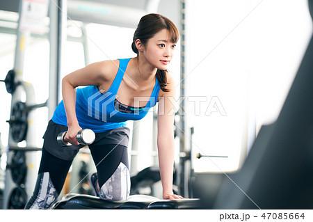 5579060ed51b0 シニア スポーツジム · 腕を鍛える女性