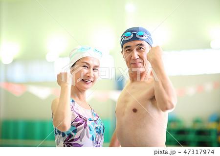 72212615a98 プールに通う50代女性 · シニアカップル スポーツクラブイメージ